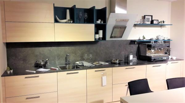 Schüller-Einbauküche-Lima-helles-Holz-dunkel-Kontrast-Küchenzeile